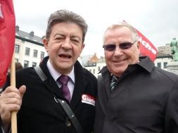 23-Avec Lothar Bisky, président du groupe GUENGL, membre de Die Linke, lors d'une manifestation de soutien au peuple grec devant le Parlement européen